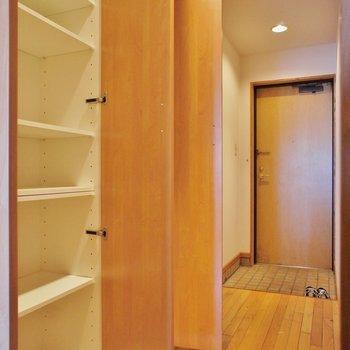 廊下にも収納有ります※写真は2階の同じ間取りの別部屋