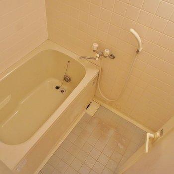 お風呂は普通な感じ※写真は2階の同じ間取りの別部屋