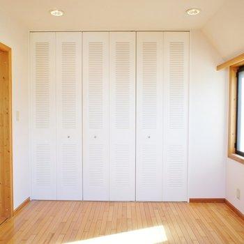 寝室は二面採光!※写真は2階の同じ間取りの別部屋