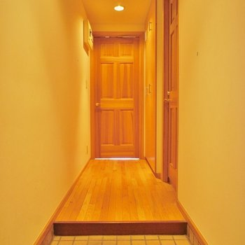 玄関からアプローチ。品があります※写真は2階の同じ間取りの別部屋
