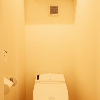トイレ上に収納があります。