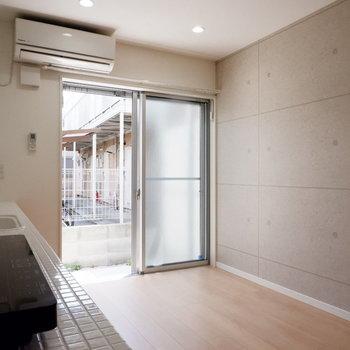 コンクリート調の壁紙が効いてます。
