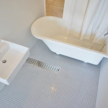 シャワーカーテンで仕切って♩