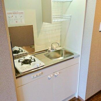 キッチンはコンパクトだけどきれい。うしろに作業ワゴンとか置くのがおすすめ※3階別部屋反転似た間取りの写真です。
