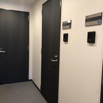 右側がお部屋の扉