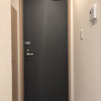 扉は黒でかっこよく