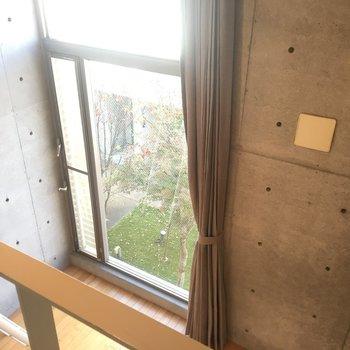 大きい窓のお陰で開放感!※同階同間取りの別部屋の写真です