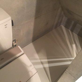 トイレ奥のちょっとした物置、、※同階同間取りの別部屋の写真です