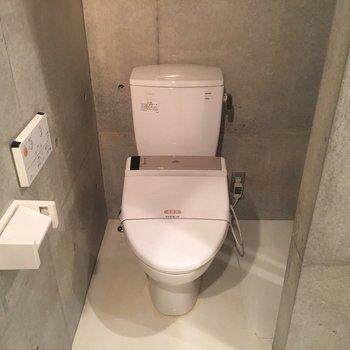 トイレは仕切りありません。水回りの仕切り度忘れず閉めましょう!※同階同間取りの別部屋の写真です
