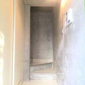 玄関から左の白い扉開けると水回りです※同階同間取りの別部屋の写真です