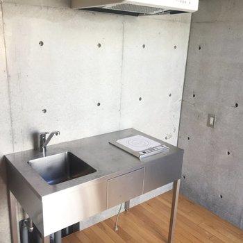 さてキッチンはコンパクトかつかっこいい※同階同間取りの別部屋の写真です