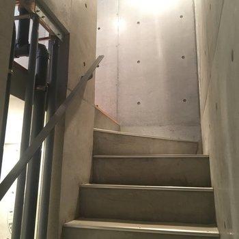 階段ももちろんコンクリです※同階同間取りの別部屋の写真です