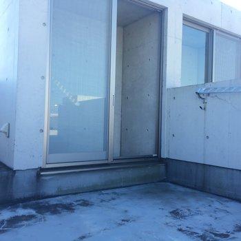 バルコニーへの出入り口はこんな感じ!※同階同間取りの別部屋の写真です