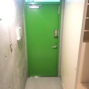 玄関は緑!!映えますね!※同階同間取りの別部屋の写真です