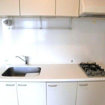 キッチン。作業スペースが広い。※写真は2階別部屋同間取りのものです