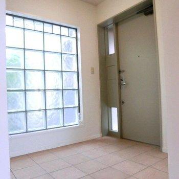 こちらが自慢の玄関です!タイル、素敵です、広いです☆※写真は2階別部屋同間取りのものです