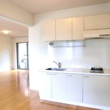 キッチンとダイニング。間取りがきれい。※写真は2階別部屋同間取りのものです