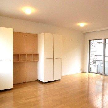 キッチン側から。可動式の収納です。※写真は2階別部屋同間取りのものです
