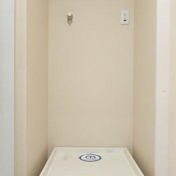 洗濯パンは洗面台と向かい合わせの位置にあります