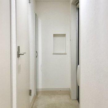 玄関へ続く廊下がそこそこ長い。