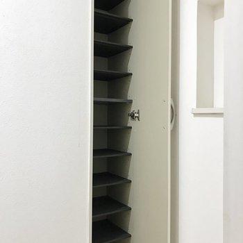 シューズボックスの扉には鏡が付いてます!
