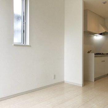 窓が多くて壁も床も白いから明るい!
