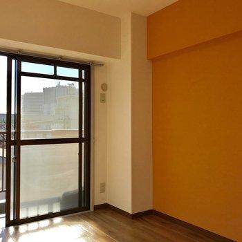 【6帖洋室】こちらの壁もオレンジ