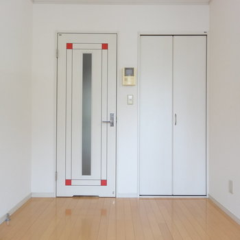 シンプルな6帖です※1階の反転間取り別部屋の写真