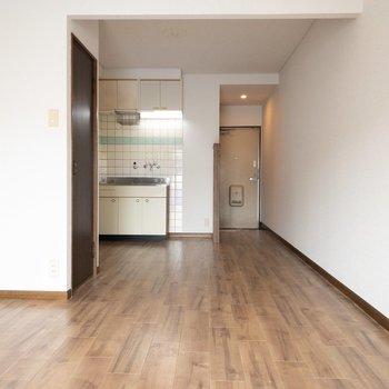 優しい色の床♪ (※写真は3階の同間取り別部屋のものです)