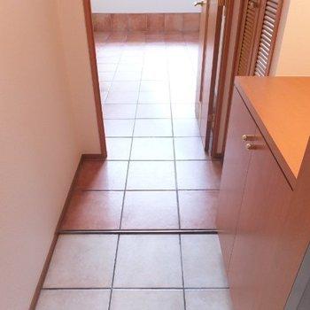 玄関をあけると、、、タイルがお出迎え※1階の同間取り別部屋の写真です