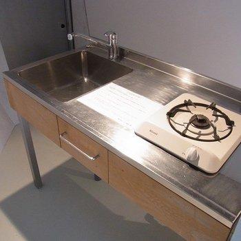 キッチンはステンレスでお手入れ簡単。コンロは1口です・・・※写真は前回募集時のものです