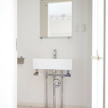 サリタリールームは開けるとスタイリッシュな洗面所がお出迎え。