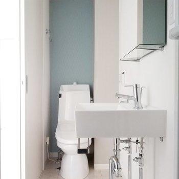 奥にはトイレもすっきりと佇んでいます。