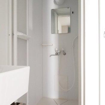 右にはシャワールームがあります。