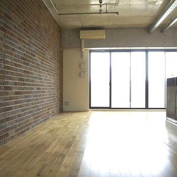 レンガのクロス。剥き出しの天井※写真は同間取り別部屋のものです