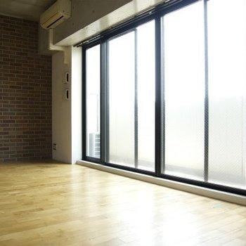 窓も大きくて明るい※写真は同間取り別部屋のものです