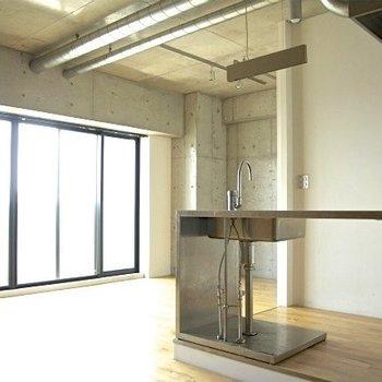 この一段上がったカウンターキッチン※写真は同間取り別部屋のものです