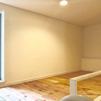 コチラ側はコンセントなし。窓の前だけ開けて、収納スペースにするのもあり。