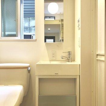 洗面台はコンパクトサイズ。脱衣所にトイレとともに。