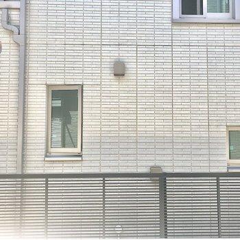 まどからの眺め、お隣の壁ですが、間近ではないですよ。