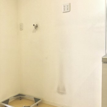 キッチン横に冷蔵庫と洗濯機。