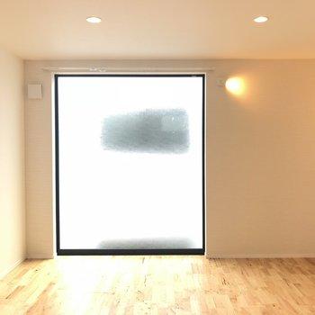 【LDK】入ってすぐ大きな窓 ※写真は前回募集時のものです