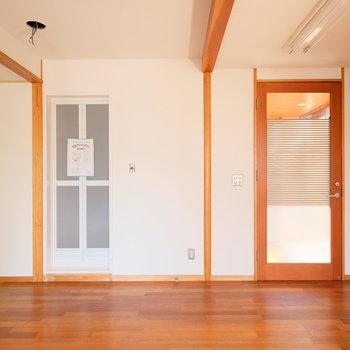 リビング側にお風呂場の扉が着いています