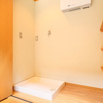 洗濯置き場は玄関入ってすぐの収納スペース!