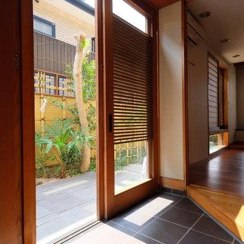 玄関も和のテイスト。光の入り方が美しいです。