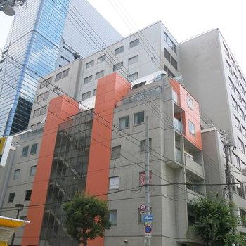 オレンジとコンクリートが目印!