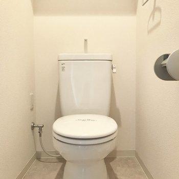 トイレはシンプルなタイプ。壁にかわいいアートを♪