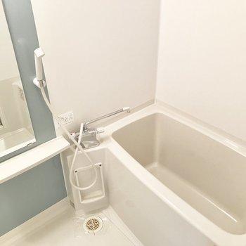 浴室はゆったり入れるサイズ感です。