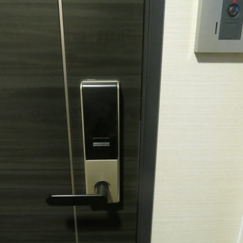 玄関には電子キーついてます!