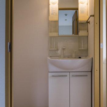 トイレ側にも洗面台があります。忙しい朝は助かりそうです。